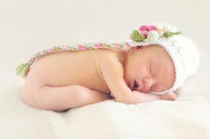 寝ているかわいい赤ちゃん。出産おめでとう英語メッセージ