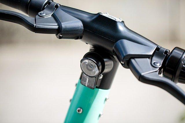 電動キックボードの法改正2021。ヘルメット、ナンバープレート、公道走行、免許不要